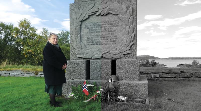 Анна Сивкова у памятника советским военнопленным на острове Тьётта, Норвегия.